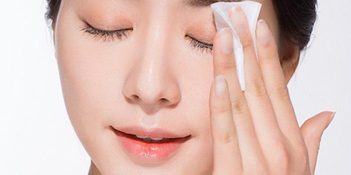Cách làm đẹp cho da nhờn mụn - Làm sạch da