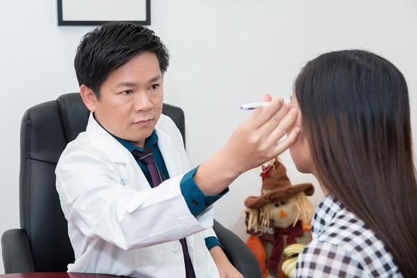 Bác sĩ chuyên khoa thẩm mỹ mắt trực tiếp thăm khám và tư vấn