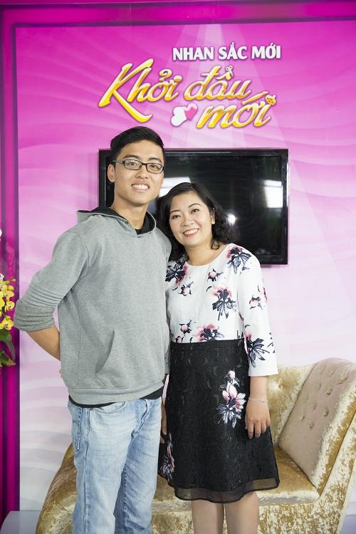 Hạ Long chụp hình lưu niệm với bác sĩ Phương trong chương trình Nhan sắc mới - Khởi đầu mới