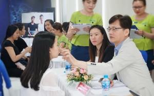 TS.BS Man Koon Suh về JW Việt Nam phẫu thuật mũi khó cho nhiều khách hàng
