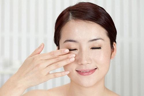 cách đánh tan mỡ mí mắt trên
